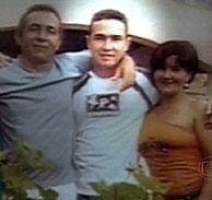 Jean Charles de Menezes, el joven brasileño tiroteado, en el centro, junto a dos familiares. (Foto: AP)