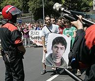 Agentes controlan la manifestación, antes de los altercados. (Foto: Mitxi)