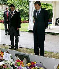 Zapatero rindió homenaje a las víctimas del 7-J con una ofrenda floral. (Foto: EFE)