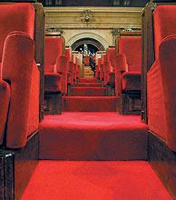 La escalera que conduce a los diputados a los escaños del Parlament. (Foto: Domenec Umbert)
