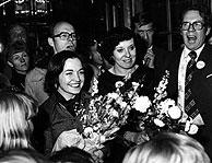 En 1977 Betty Williams (d) y Mairead Corrigan (c) recibieron el Nobel de la Paz por reunir a decenas de miles de personas en una marcha para pedir el fin de la violencia y fundar el Movimiento por la Paz en Irlanda del Norte. (Foto: EFE)
