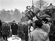 Gerry Adams, tras el ataúd, asiste a una ceremonia por Bobby Sands, muerto a causa de una huelga de hambre en mayo de 1981. (Foto: AP)
