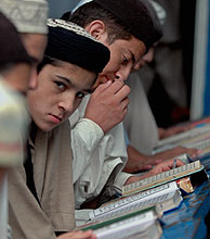 Alumnos de una madrasa paquistaní. (Foto: AP)