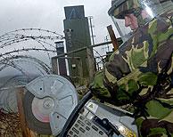 Un soldado británico procede al desmantelamiento de instalaciones en Armagh. (Foto: EFE)