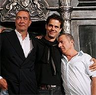Hoffman, junto al director (centro) y uno de los guionistas. (Foto: AP)