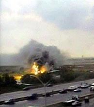 Vista del avión incendiado en Toronto. (Foto: REUTERS)