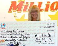 La irlandesa posa con su cuantioso cheque. (Foto: AP)
