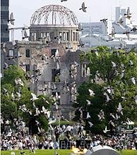 Palomas recuerdan a las víctimas de la tragedia. (Foto: EFE)