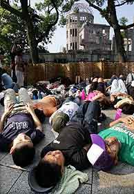 Decenas de personas yacen en el suelo como recuerdo a los miles de muertos. (Foto: EFE)