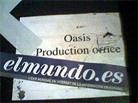 La pegatina de elmundo.es, en una de las cajas del equipo de sonido de Oasis. (Foto: R. B.)