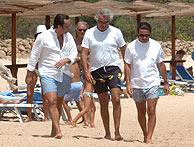 Alejandro Agag, Flavio Briatore y José María Aznar, este verano, en una playa mediterránea. (Foto: EL MUNDO)