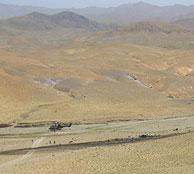 Imagen del lugar; a la derecha, los restos del accidente. VER IMAGEN AMPLIADA(Foto: Ministerio de Defensa)