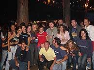 Pilar y sus amigos, el grupo salvaje caveiro, posando en una tregua de la juerga.