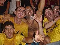 Uno de los numerosos grupos identificados con camiseta amarilla para poder encontrarse cuando ya ni vean.