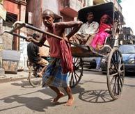 Un conductor de rickshaw en las calles de Calcuta. (Foto: EFE)