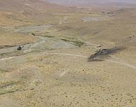 Los restos del helicóptero, en la planicie del siniestro. (Foto: Defensa)