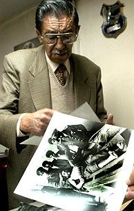 Alborta con la fotografía que le hizo famoso. (Foto: AP)
