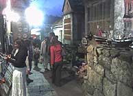 Esta la calle estrechísima con restaurantes interesantes de Combarro.
