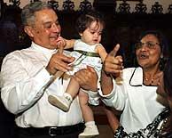 Evans David Gliwitzki junto a su esposa y su nieta. (Foto: EFE)