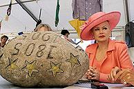 La piedra, de 83,5 kilos, en una fotografía de las fiestas de 2001. (Foto: EFE)