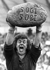 Un atleta levanta la mítica piedra 'Unspunne'. (Foto: EFE)