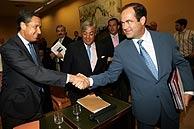 El ministro Bono saluda a Eduardo Zaplana a su llegada al Congreso. (Foto: EFE)