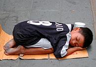 Un niño mendigo en las calles de Bangkok. (Foto: EFE)
