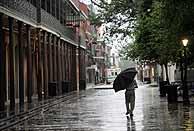 Un hombre caminando bajo la lluvia por las calles de Nueva Orleáns. (Foto: EFE)