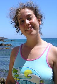 Esther posa sonriente ante las cristalinas aguas del Cabo de Gata.