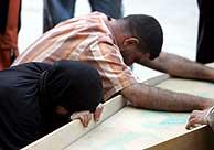 Los familiares lloran ante los cuerpos de los fallecidos. (Foto: EFE)