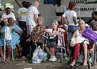 Ancianos a la espera de ser evacuados. (Foto: AP)
