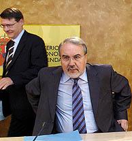 El vicepresidente económico, Pedro Solbes, junto a Jordi Sevilla, Ministro de Administraciones Públicas. (Foto: EFE)