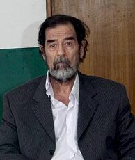 El dictador durante una de sus recientes comparecencias ante el Tribunal Especial iraquí. (Foto: EFE)