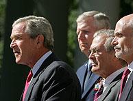 Bush, flanqueado por el jefe del Estado Mayor Conjunto del Pentágono, general Richard Myers, el secretario de Defensa, Donald Rumsfeld, y el secretario de Seguridad Nacional, Michael Chertoff. (Foto: EFE)