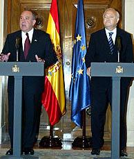 El ministro de Asuntos Exteriores, Miguel Ángel Moratinos (derecha), junto al embajador de EEUU. (Foto: EFE)