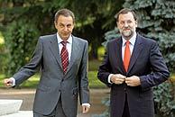 Zapatero y Rajoy se saludan al inicio del encuentro. (Foto: REUTERS)