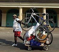 Un hombre regresa a su casa de Nueva Orleans con sus pertenencias. (Foto: AFP)