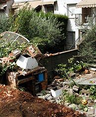 Muros derruidos y árboles arrancados de cuajo en Mollet del Vallès. (Foto: EFE)