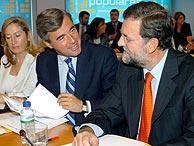 Mariano Rajoy (dcha.), junto a los mimebros de la Ejecutiva Ángel Acebes y Ana Pastor. (Foto: EFE)