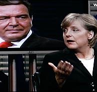 La candidata democristiana, Angela Merkel, debate con Schröder, cuya imagen aparecen en la pantalla. (Foto: AP)