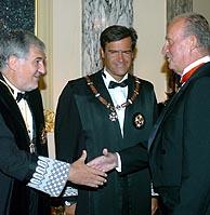 El fiscal general del Estado, Candido Conde-Pumpido (izq.), saluda al Rey en presencia del ministro de Justicia. (Foto: EFE)