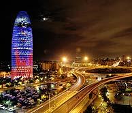 La torre, anoche, durante la prueba de luces. (Foto: AFP)