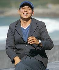 El realizador, frente a la playa de La Concha de San Sebastián. (Foto: AFP)