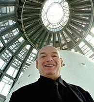 El arquitecto Jean Nouvel, en las entrañas de la Torre Agbar. (Foto: EFE)