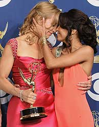 Eva Longoria felicita a su compañera Felicity Huffman. (Foto: AP)