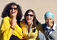 Las actrices de la película 'La vida perra de Juanita Narboni', Mariola Fuentes (centro), Nabila Baraka (izda.), y Salima BenMoumen. (Foto: EFE)