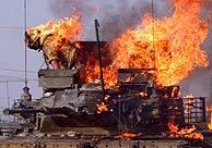 Un soldado británico huye de un tanque ardiendo. (Foto: REUTERS)