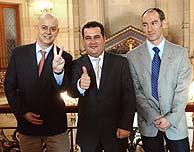 Ernesto Gasco (centro), Íñigo Alonso (dcha.) y Odón Elorza. (Foto: EFE)
