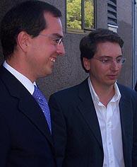 Javier Gómez (izq.), coordinador de la Plataforma Popular Gay, y su pareja, Manuel Ródenas. (Foto: J. A. Navas)