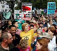 Cindy Seeham (de amarillo) ha liderado la protesta. (Foto: REUTERS)